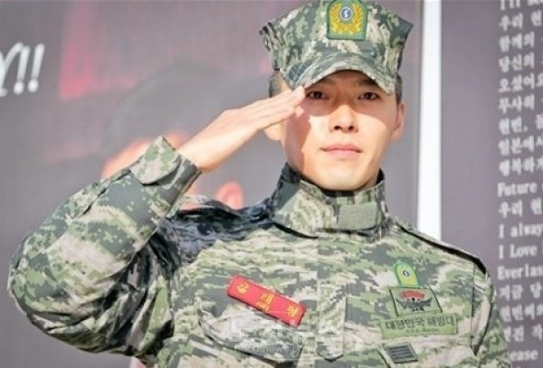 Hyun Bin Holds Surprise Fan Meeting at Expressway Rest Area after Discharge Ceremony