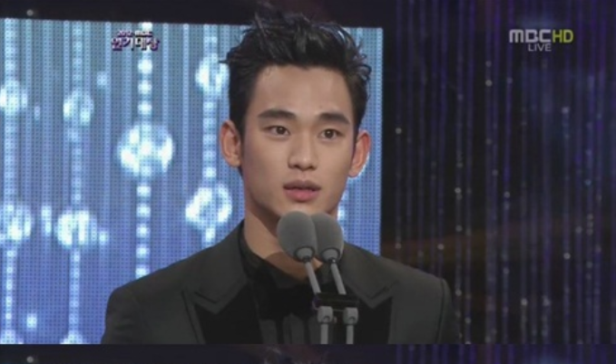 "Kim Soo Hyun Receives the Best Actor Award at ""2012 MBC Acting Awards"""