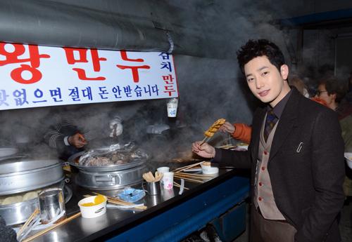 "Park Shi Hoo Treats the Staffs of ""Alice in Cheongdamdong"" to Snacks"