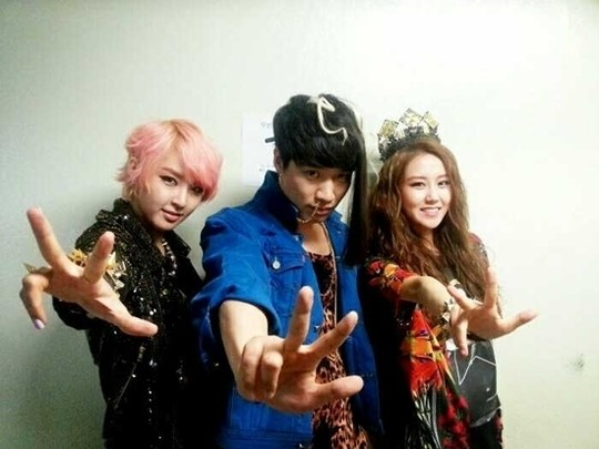 2Yoon Snaps a Photo with Popular Comedian Kim Gi Ri