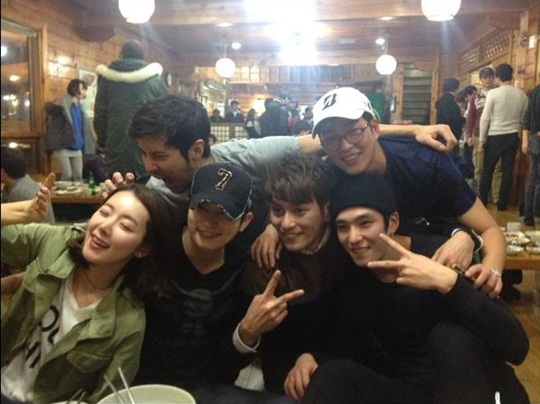 """Alice in Cheongdamdong"" Cast Take Adorable Photo Together"