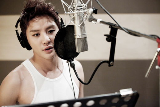 JYJ's Junsu Proudly Shows Off Jaejoong's Autographed T-Shirt