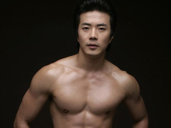 Kwon Sang Woo Shows Off His Ripped Back Muscles