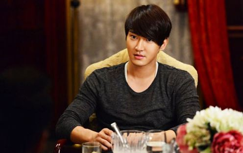 Choi Si Won Visits His Grandmother's Grave