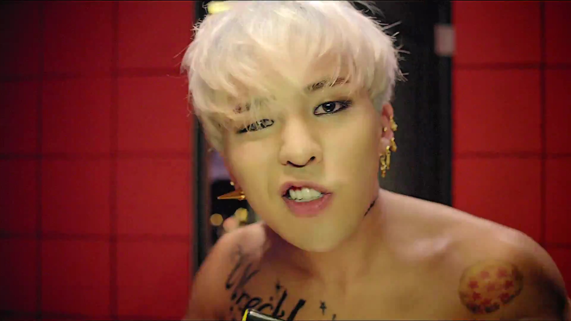 G-Dragon Sweetly Stares into Ha Eum's Eyes