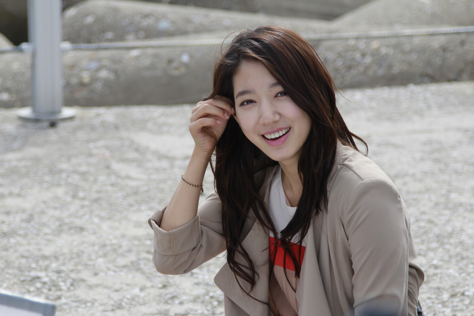 "Park Shin Hye Adorably Poses in BTS for ""My Flower Boy Neighbor"""