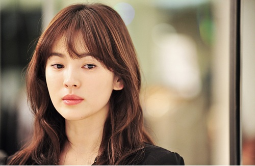 """Song Hye Kyo Looks Beautiful in Cuts of Upcoming Drama """"This Winter, the Wind Blows"""""""