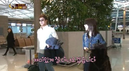 Sunye and Husband Politely Greets the Media While Heading to Their Honeymoon