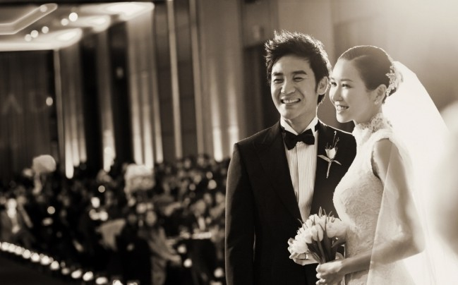 Newly Weds Uhm Tae Woong and Yoon Hye Jin Head Off to Honeymoon