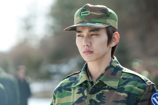 """""""Nation's Little Brother"""" Yoo Seung Ho Looks Manly in Uniform"""