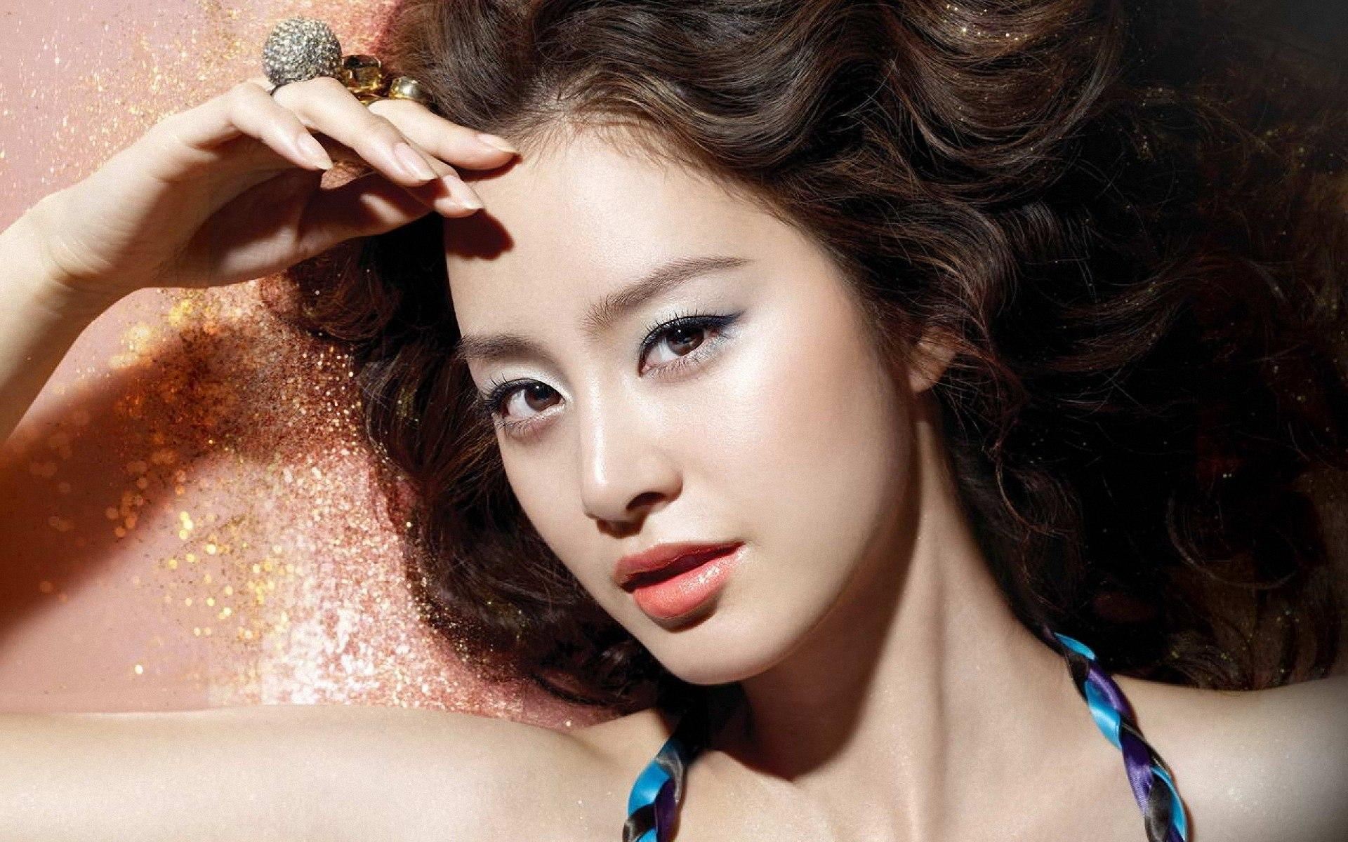Actress Kim Tae Hee's First Appearance Since Rain Scandal