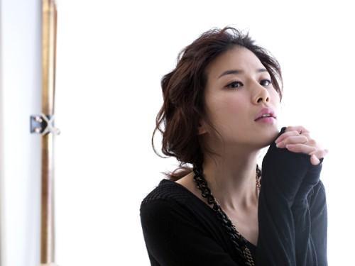 "Lee Bo Young Rocks the Eyeliner in ""Cosmopolitan"""