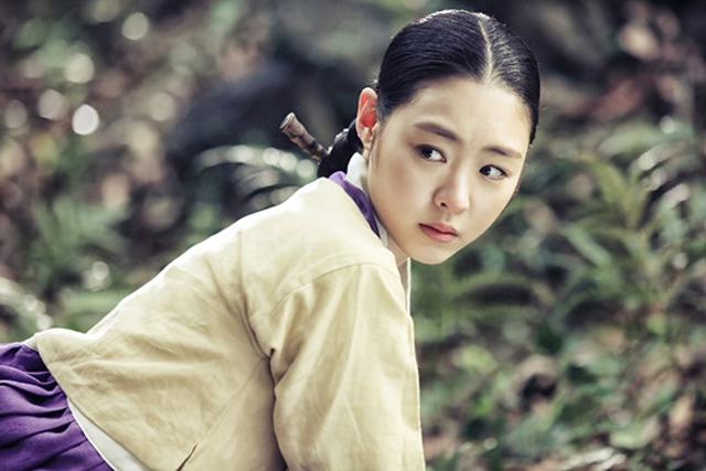 """Gu Family Book"" Unveils First Teaser Stills of Lee Yeon Hee"