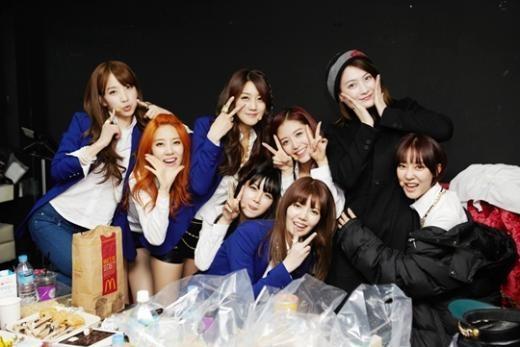Kara's Kang Ji Young Snaps a Group Photo with Rainbow