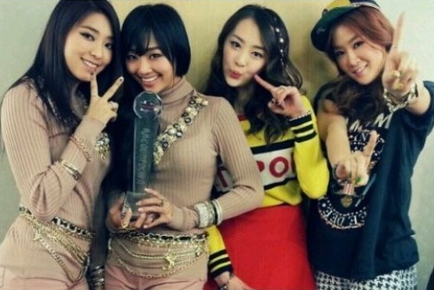 SISTAR19's Hyorin and Bora Celebrate Their M!Countdown Win with Sweet Kisses on the Trophy