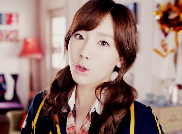 Girls' Generation Taeyeon Accidently Hits a Fan with a Baseball!