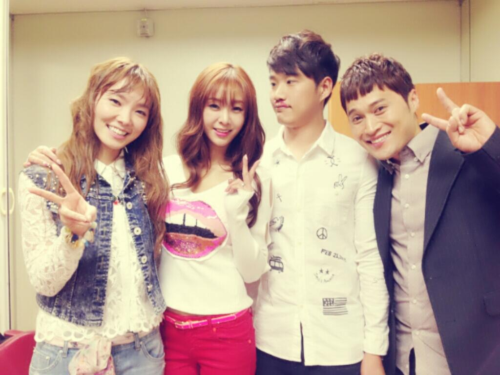 [SNS PIC] G.NA Snaps a Photo with Gag Concert Members