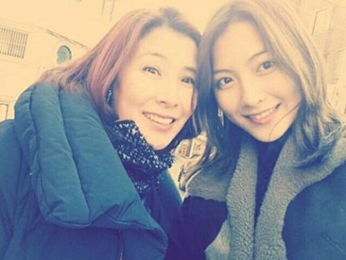 KARA's Kang Jiyoung Shows Off Her Beautiful Mother