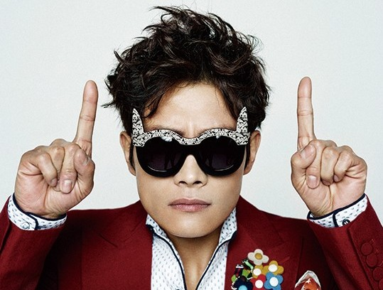 """Lee Byung Hun Poses and Talks to @star1: """"Bruce Willis Is My Bibimbap Buddy"""""""