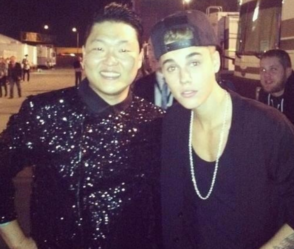 PSY Uploads a Photo with Justin Bieber Taken in the Past at AMAs