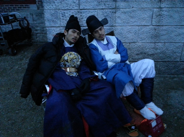 """[SNS PIC] 2AM's Seulong Snaps Photos with Lee Dong Wook at the Set of """"Heaven's Order"""""""