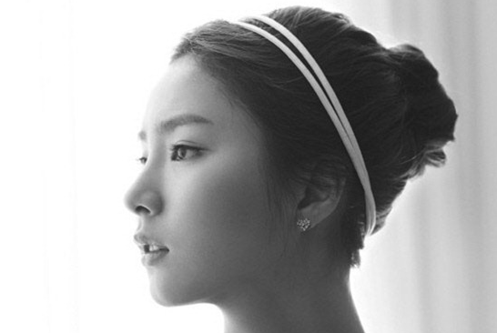 Shin Se Kyung Attentively Faces Each Fan During Fan Signing Event