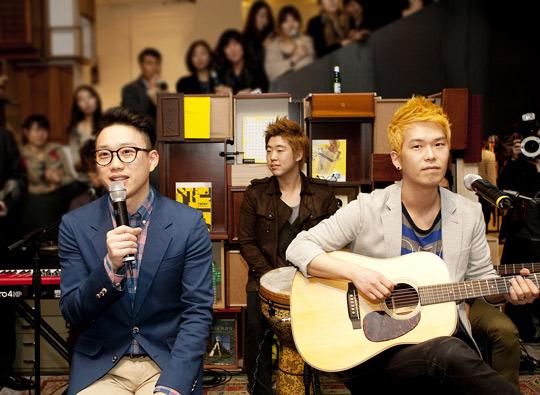 Indie Duo 10cm Holds Guerilla Concert in Cheongdamdong
