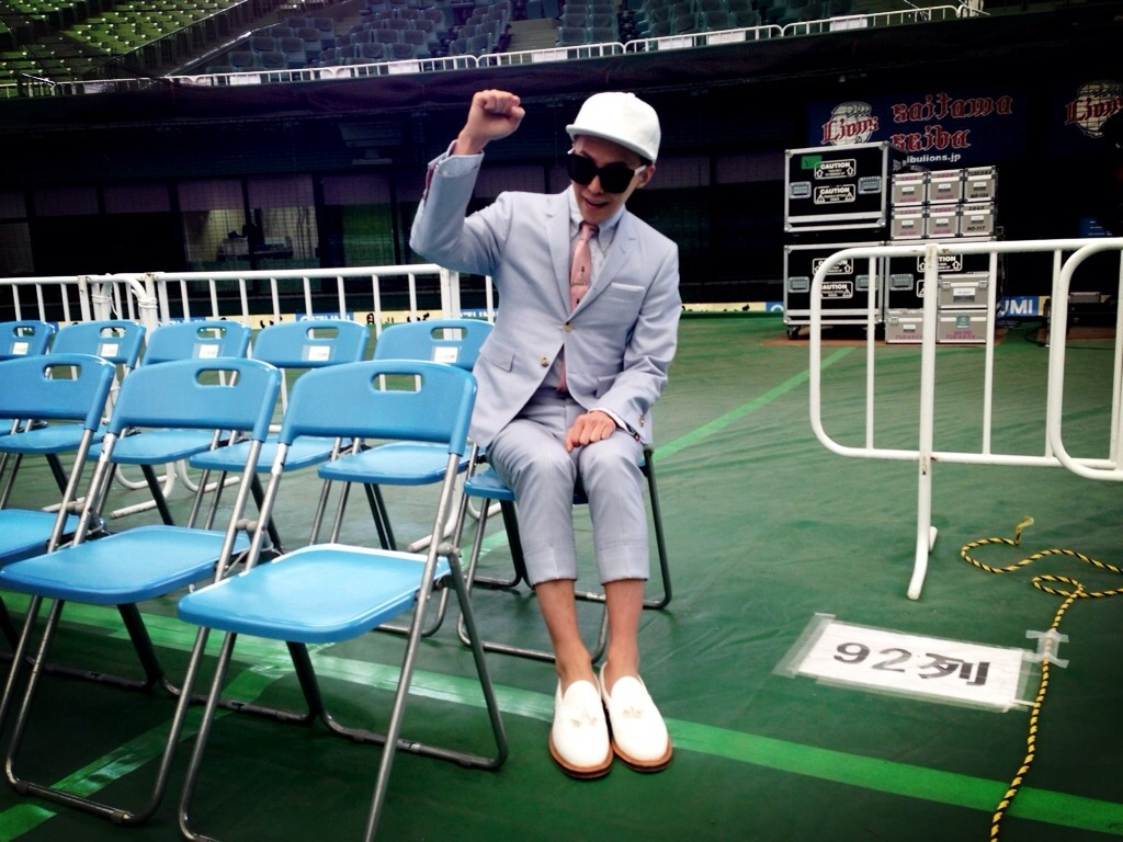 G-Dragon cheers on LINE