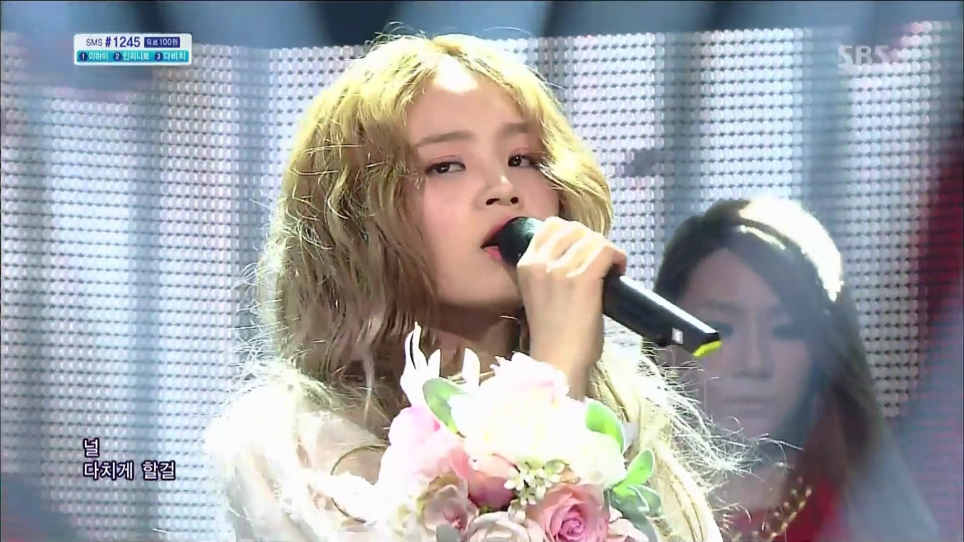 "[SNS PIC] Lee Hi Receives a Bouquet of Roses After Final ""Rose"" Performance"