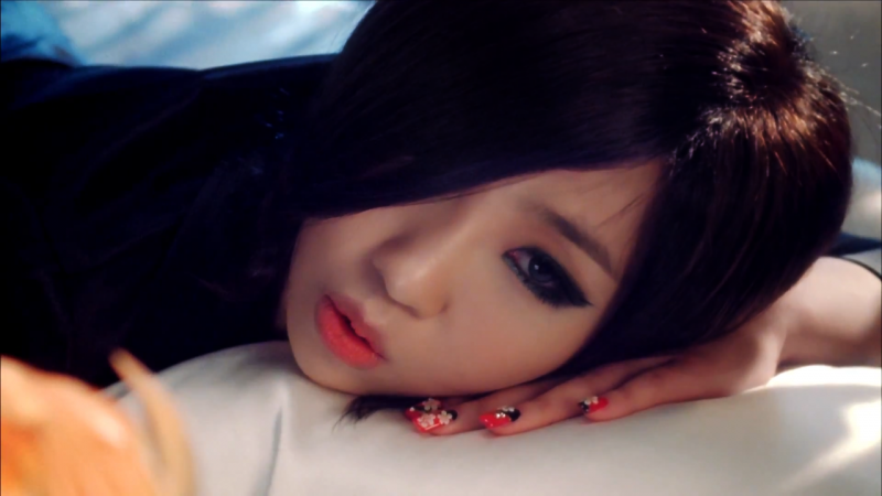 [SNS PIC] Minzy Captivates Many With Her Alluring Cat Eyes
