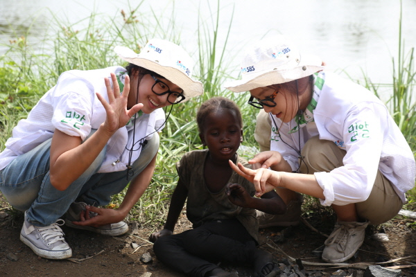 SISTAR's Hyorin and Soyu Volunteer in Liberia