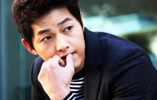 Song Joong Ki Appears at the Laneige Store in Front of Ewha University