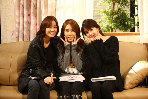 "[SNS Pic] IU, Yoo In Na, and Son Tae Young are the ""Shin"" Sisters"