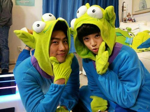[SNS PIC] Taecyeon And Wife Gui Gui Wear Matching Toy Story Alien Pajamas