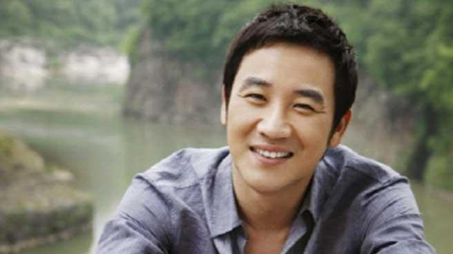 Uhm Tae Woong Lovingly Walks With Three-Legged Dog