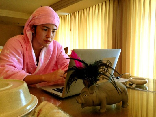 [SNS PIC] Jang Geun Suk Is the Prince of Pink