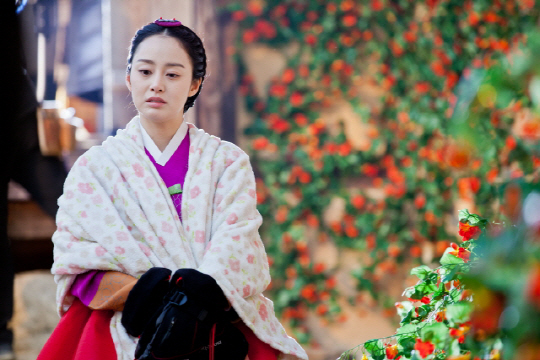 Kim Tae Hee Looks Beautiful Even in the Cold Weather