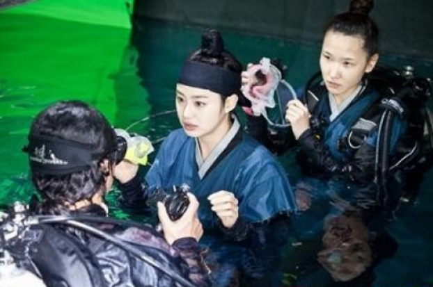 Kim Tae Hee Looks Gorgeous as She Cross-Dresses for Her Drama