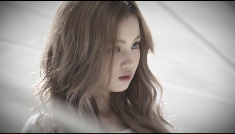 "Lee Hi Shows Off Her Cute Side in ""Making of"" Video for ""Rose"""