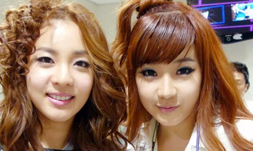 [SNS Pic] Park Bom Drags Dara in for a Short Photo Session
