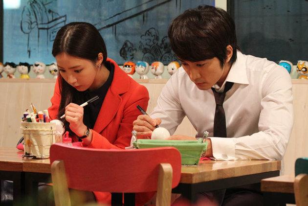 Shin Se Kyung And Song Seung Hun Enjoy Arts And Crafts Together