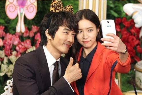 Song Seung Hun and Shin Se Kyung Enjoy an Amusement Park Date