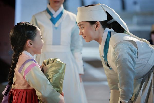 Song Ji Hyo's Adorable Moment with Child Actress Kim Yoo Bin