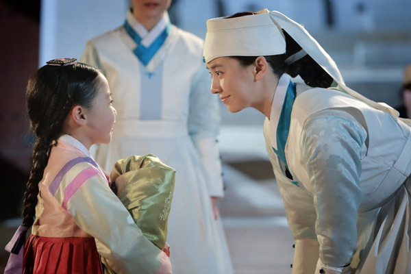 Song Ji Hyo's Adorable Moment with Child Actress Kim Yoo Bin