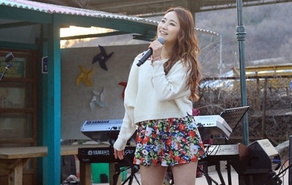 "Ye Eun Performs Original Song ""You're In Me"" with Indie Band Monni"