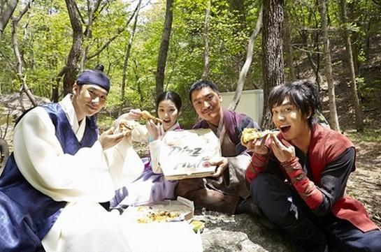 "Lee Seung Gi Travels Through Time and Brings Pizza to ""Gu Family Book"" Staff"