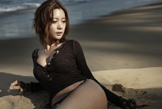 Clara's Sexy Figure Revealed in Resurfaced Photo