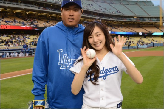 [Gallery] Girls' Generation Throws Ceremonial First Pitch for the LA Dodgers