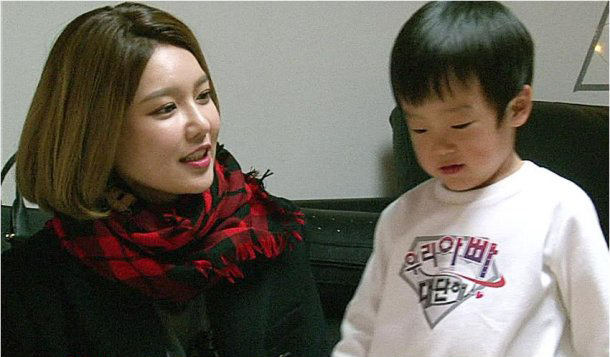 """Seo Jun Tries to Impress Girls' Generation's Sooyoung on """"The Return of Superman"""""""