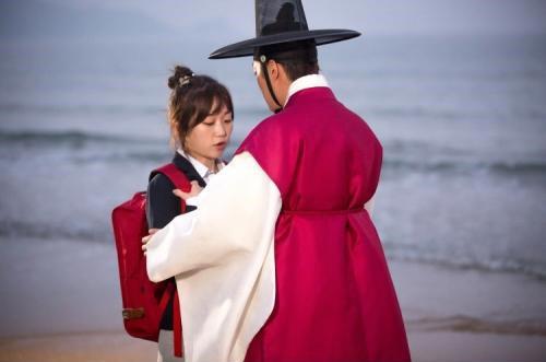"Yoon Doojoon and Kim Seul Gi Get Romantic in ""Splash Splash Love"" Stills"